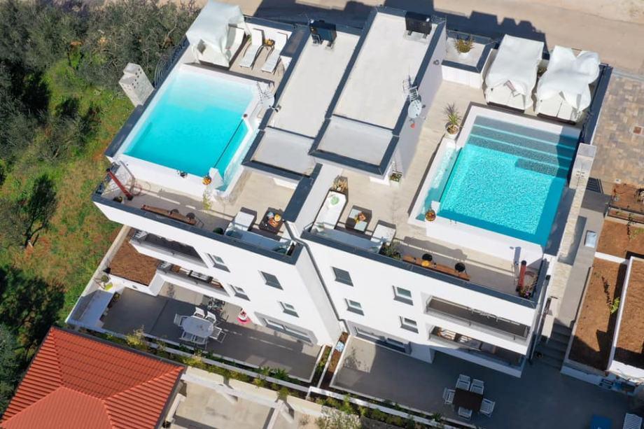 Objekt z bazenom na vrhu apartmajske hiše (prodaja)